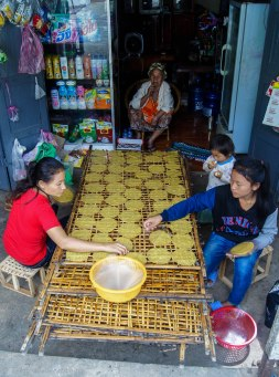 The making of rice poppadoms