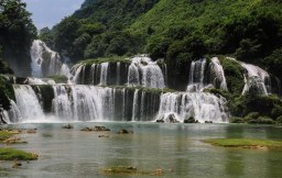The main falls of Ban Gioc - the border between Vietnam and China